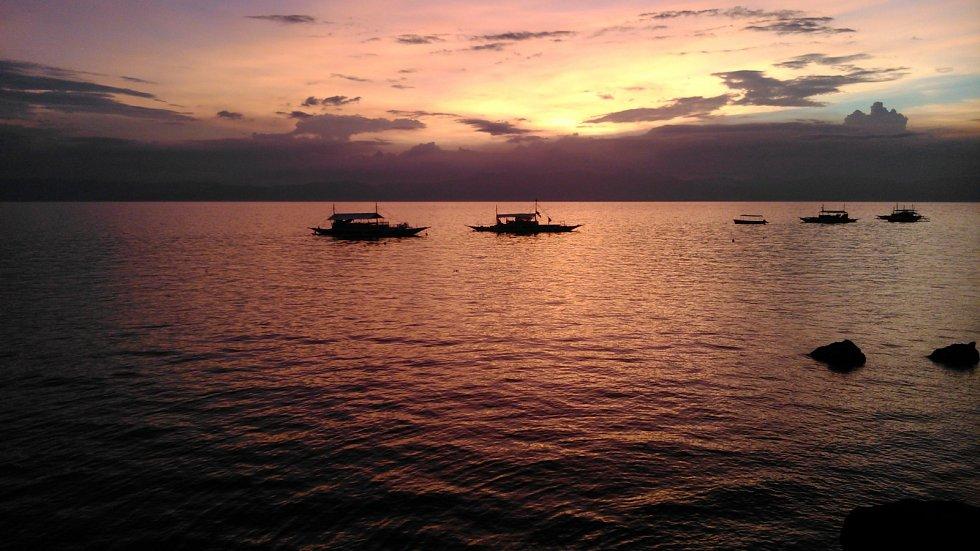Západ slunce nad Maolboalem, který bývá oblíbeným cílem potápěčů mířících na Filipíny