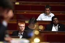 Francouzští poslanci už mohou bez výčitek svěomí zasedat bez saka a kravaty.