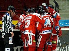Hokejisté Olomouce se radují z gólu proti Karlovým Varům.
