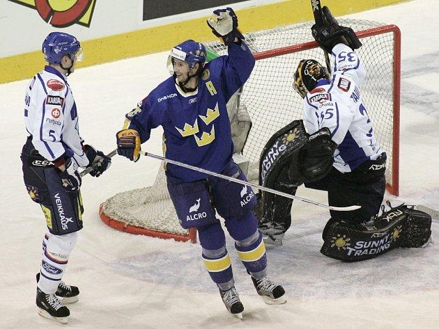 Švéd Rickard Wallin (uprostřed) rozhodl v prodloužení zápas proti Finsku na Českých hokejových hrách v Liberci.