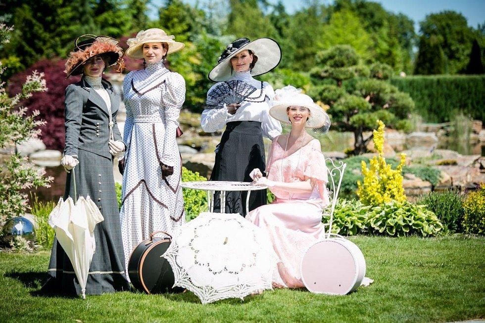 Kostýmy začátku 20. století.