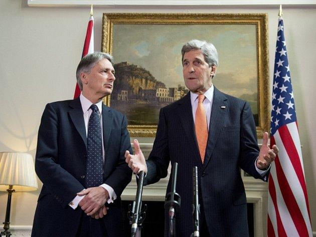 """Podle přesvědčení Washingtonu musí syrský prezident Bašár Asad rezignovat, o termínu jeho odchodu z funkce ale musí být rozhodnuto jednáním a nemusí to být """"hned první den"""". Prohlásil to dnes v Londýně americký ministr zahraničí John Kerry."""