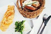 Bistro Les Kamarades, které se specializuje na pečivo, snídaně a domácí moučníky a zákusky, které pečou každý den.