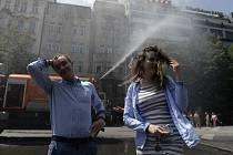 Kropicí vůz osvěžuje vzduch v Praze během horkého dne. Ilustrační foto.