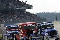 TADY SE ROZHODUJE! První zatáčka je vždy důležitá. Na okruhu v Nürburgringu je mírně klopená a hlavně má úhel téměř 180 stupňů. Na snímku z loňských závodů je vpředu dvojice modrých Buggyr Markus Bösiger a David Vršecký.