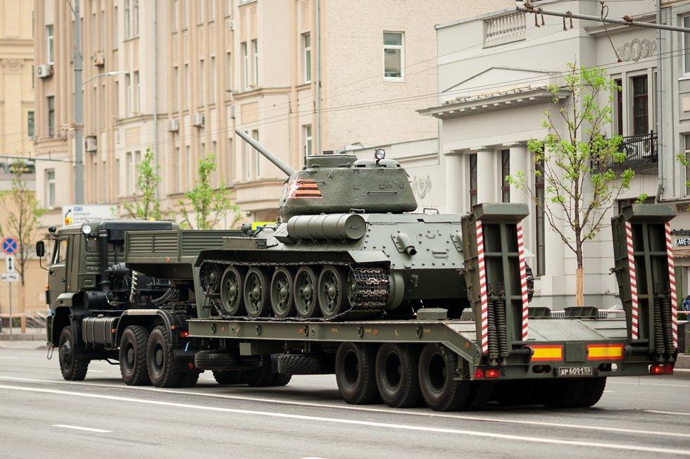 Podle amerického autora Stevena Zalogy byl tank T-34 v době svého vzniku nejlepším ve své třídě na světě. Stroj z přelomu 30. a 40. let dokázaly překonat až novější německé tanky Panther nebo americký M26 Pershing.