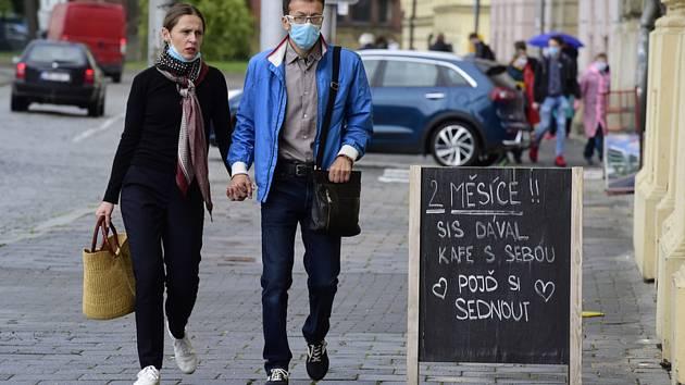Lidé s rouškami v Olomouci