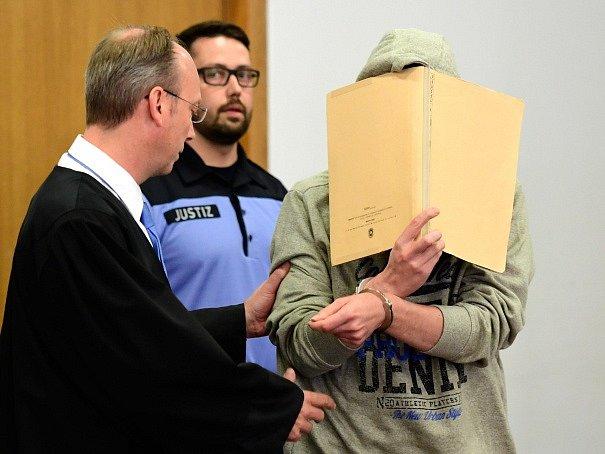 Silvio S. se krátce po svém zadržení k oběma vraždám přiznal.