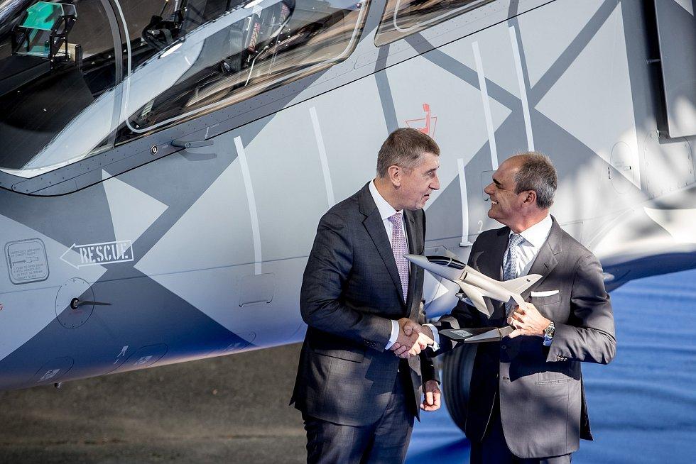 Nový letoun L-39NG, který Aero Vodochody představilo 12. října ve svém areálu v Odolené Vodě u Prahy. Premiér Andrej Babiš (vlevo) a předseda představenstva Giuseppe Giordo (vpravo).