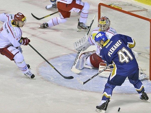 Tomáš Plekanec před brankou hokejistů Třince.