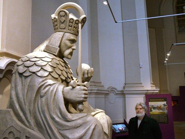 Kopie sochy Karla IV. z průčelí Staroměstské mostecké věže.
