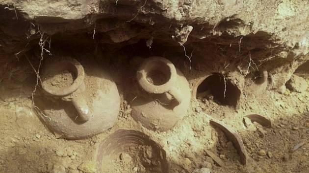 Dělníci objevili 19 amfor, které byly plné bronzových a méně četných stříbrných mincí.