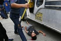 Policejní vůz dnes opakovaně narazil do demonstrantů před americkou ambasádou v Manile. Několik lidí skončilo v nemocnici.