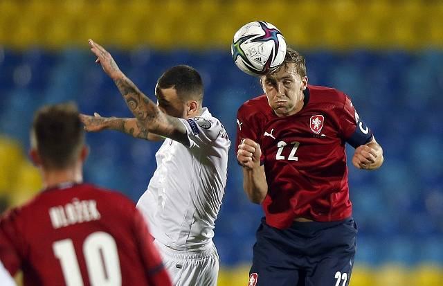 Čeští fotbalisté porazili Bělorusko. Na snímku Alexandr Seljava a Tomáš Souček.