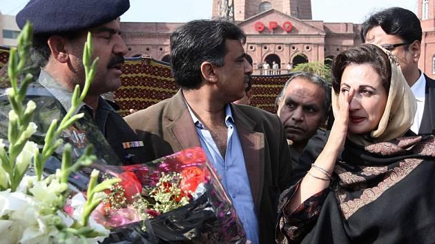Na místo výbuchu před láhaurským soudem se sjeli politikové i soudci a na důkaz soustrasi zde položili květiny.