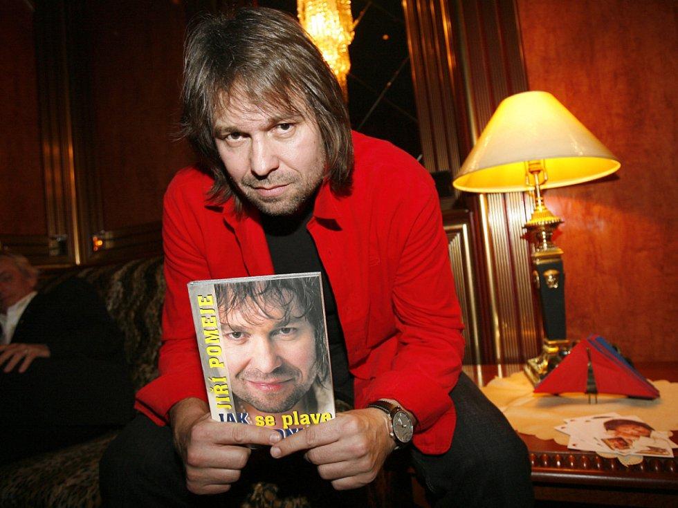 Jiří Pomeje na nedávném křtu své knihy s názvem Jak se plave ke dnu.
