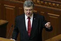 Na Ukrajině působí přes 9000 ruských vojáků a Ukrajina čelí velké hrozbě nové vojenské operace proruských separatistů. V parlamentu to dnes řekl ukrajinský prezident Petro Porošenko.