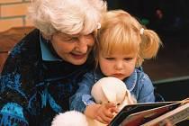 Dát přednost zkušenostem, nebo mladistvému elánu? Touto otázkou se zaobírá snad každá matka, která shání hlídání pro svého potomka.