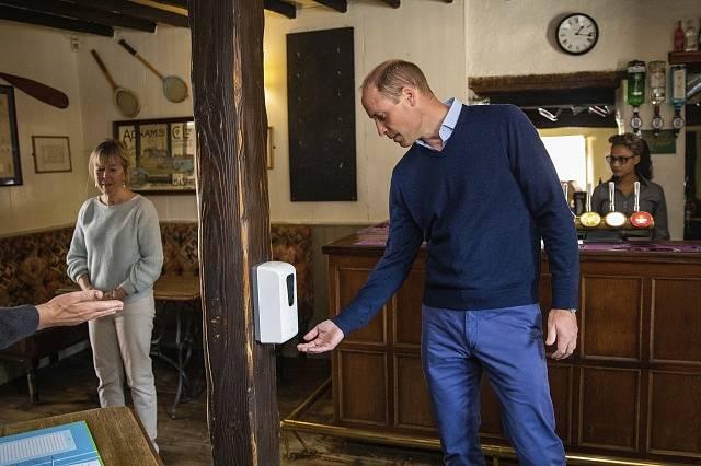 Princ William si stejně jako ostatní vydensifikoval ruce.