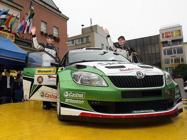 Jan Kopecký (vpravo) s Petrem Starým na startu Barum Czech Rally.