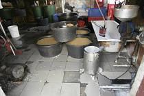 Státní zemědělská a potravinářská inspekce spolu s policií zavřela nelegální výrobnu tofu, které se prodávalo v pražské tržnici SAPA.