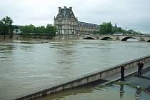 V Paříži hrozí povodně. Seina se vylévá z břehů.