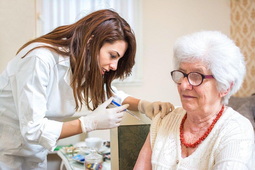 Přednostní očkování seniorů začala provázet řada lží a dezinformací, ilustrační foto