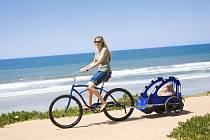 Cyklovozíky mají mnoho výhod – pro děti jsou pohodlnější, mohou v nich v klidu spát, jsou chráněné před sluncem, větrem či deštěm a nehrozí, že strčí ruku do vozovky.