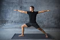 Jóga posiluje tělo i mysl.