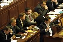 Sněmovna hlasovala o návrhu na vyslovení nedůvěry vládě, který podala ČSSD. Opozice neuspěla, Topolánkův kabinet se udržel u moci.