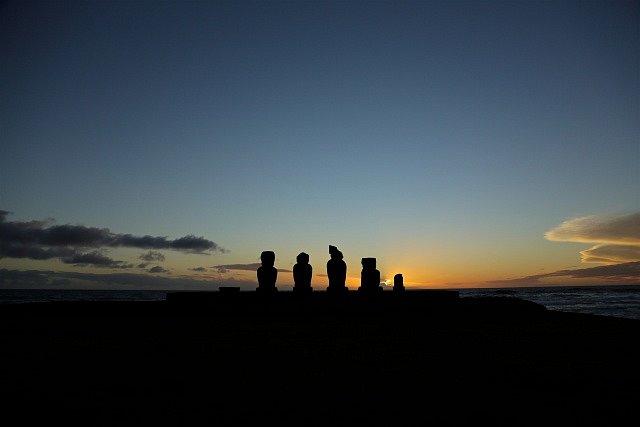 Tajemné sochy moai na Velikonočním ostrově.