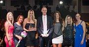 Nejlepším českým sportovním kolektivem roku byl vyhlášen fedcupový tým. Cenu přišli převzít (zleva) Andrea Hlaváčková, Barbora Záhlavová-Strýcová, Petra Kvitová, kapitán Petr Pála, Lucie Šafářová, Klára Koukalová a Lucie Hradecká.
