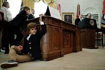 Kus americké historie. Stůl Resolute z prezidentské Oválné pracovny je legendou.