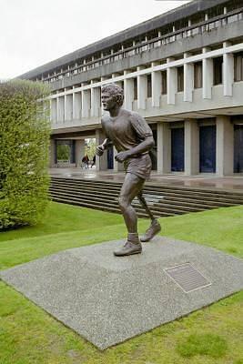 Kanadu i další anglicky mluvící země zdobí řada soch Terryho Foxe. Tato je v kampusu Univerzity Simona Frasera v kanadském Vancouveru