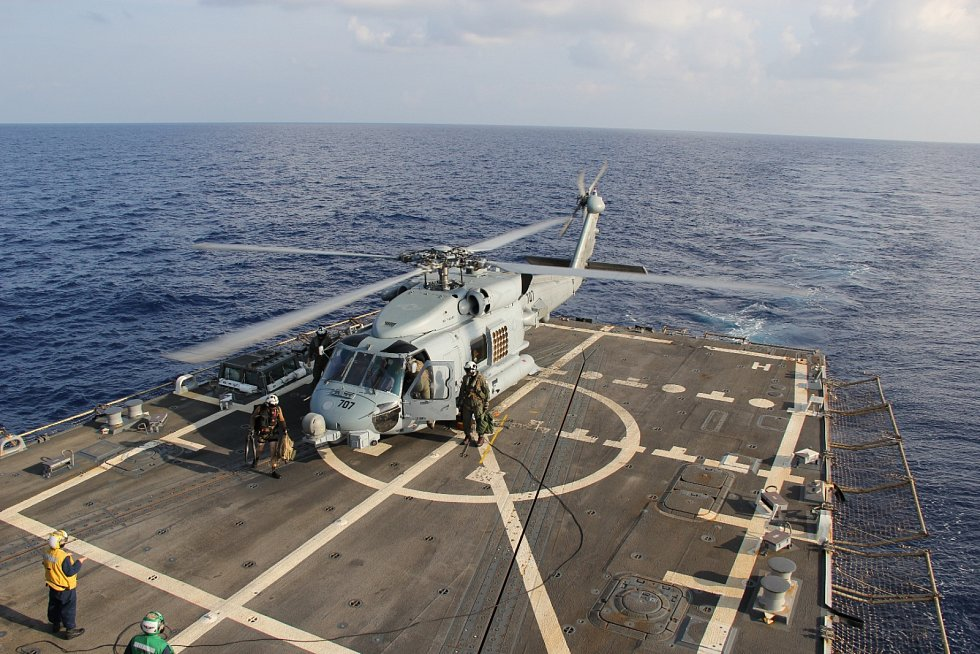 Jedna z helikoptér amerického námořnictva, která neuspěla v hledání jakýchkoli důkazů, které by mohly vyšetřování posunout zase o kousek dále.