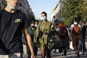 Lidé s rouškami ve francouzském Lyonu, 8. října 2020