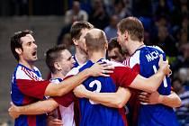 Čeští volejbalisté se radují v zápase s Bulharskem.