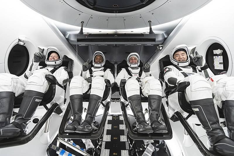 Členové mise Crew-1 při tréninku před startem do vesmíru.