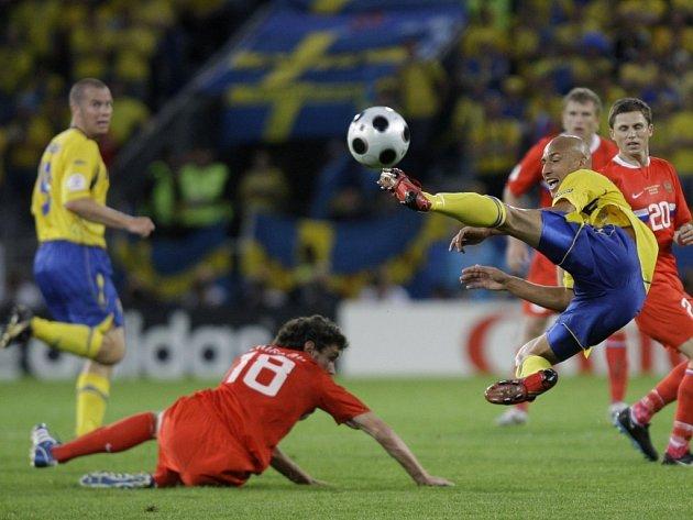Larsson při akrobatickém zákroku.