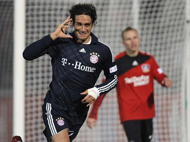 Italský útočník Bayernu Mnichov Luca Toni se raduje ze svého gólu do sítě Leverkusenu. V pozadí je zklamaný obránce Michal Kadlec.