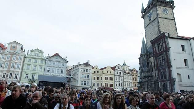 Koncert Nikagdá nezabudněm na podporu větší účasti ve volbách a proti rostoucímu vlivu komunistů na českou politiku, Staroměstské náměstí.