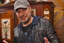 Petr Kolář má vlastní úspěšnou kariéru, vyprofiloval se ale také ve výborného muzikálového zpěváka.