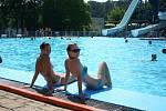 Extrémně vysoké teploty si Břeclavští v úterý užívali na koupališti.