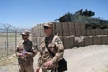 NA STRÁŽI. Vojenskou základnu Shank v provincii Lógar pomáhá střežit i jeden ze čtyř pandurů, které mají tamní české jednotky k dispozici.