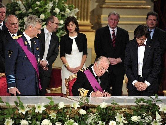 Novým belgickým králem se stal třiapadesátiletý Philippe poté, co v Bruselu složil přísahu do rukou poslanců.