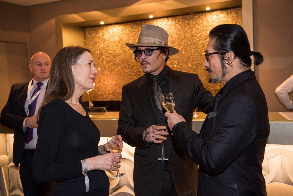 Ředitelka festivalu Berlinale Mariette Rissenbeek s herci Johnny Deppem a Hiroyuki Sanadou