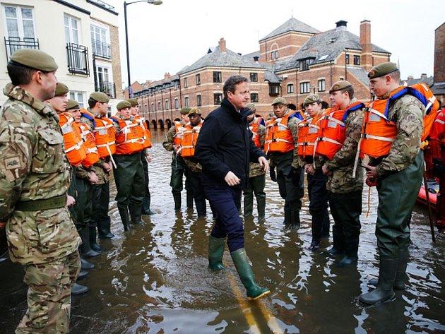 Sever Anglie, Skotsko, Wales a Severní Irsko od dnešního rána sužuje bouře Frank, kterou provázejí lijáky a vichry. Na více než 100 místech hrozí podle úřadů záplavy.