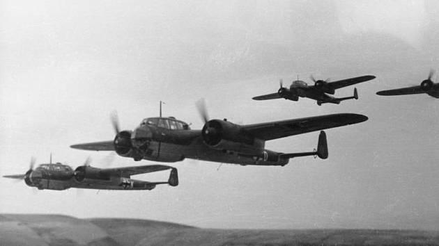 Německé bombardéry Dornier Do 17, které 15. září 1940 čelily nad jižním Londýnem agresivnímu čelnímu protiútoku britských hurikánů
