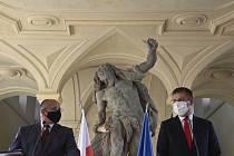 Ministr zahraničí Tomáš Petříček (vpravo) a jeho polský protějšek Zbigniew Rau