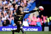 Brankář Arsenalu Petr Čech proti Chelsea.